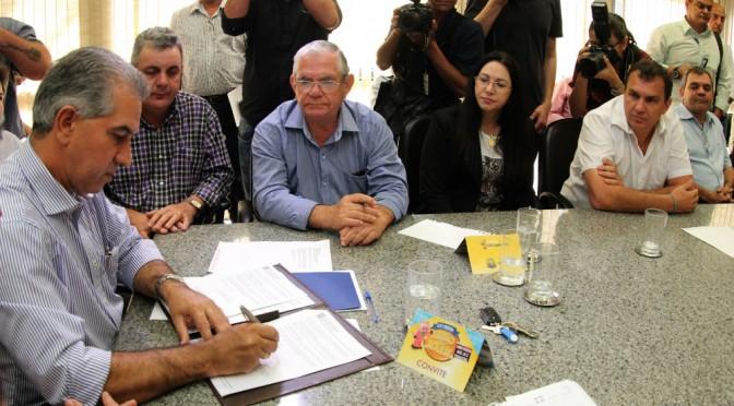 Governador assina convênio de R$ 55 mil para apoiar Festival da Canção de São Gabriel
