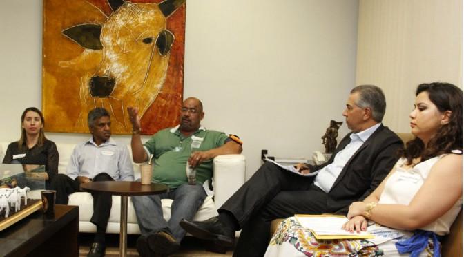 Tereré com o governador: Reinaldo e servidores conversam sobre melhorias do funcionalismo público