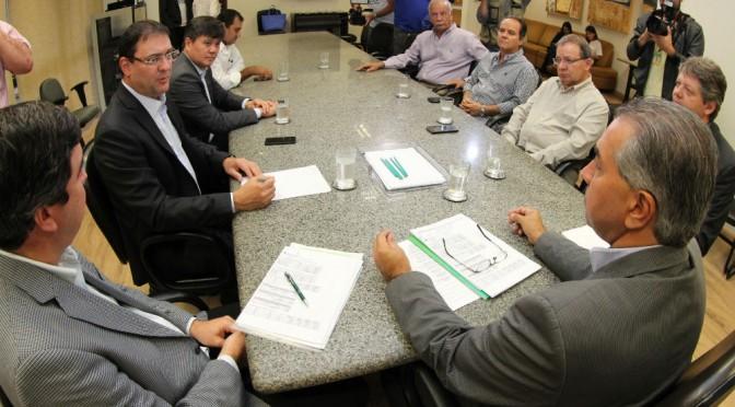 Reinaldo explica medidas de ajuste a lideranças do setor produtivo