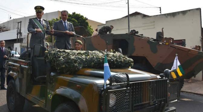 Reinaldo Azambuja participa de desfile que comemora a independência do país