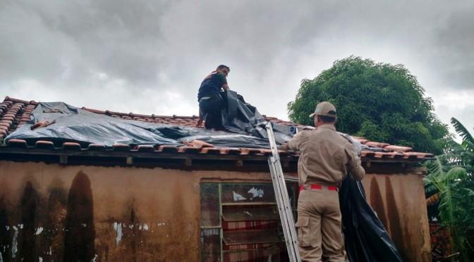 Defesa Civil entrega telhas e kits a desalojados pelas chuvas