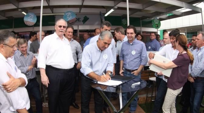 Reinaldo assina contratos do BRDE em evento agropecuário no PR