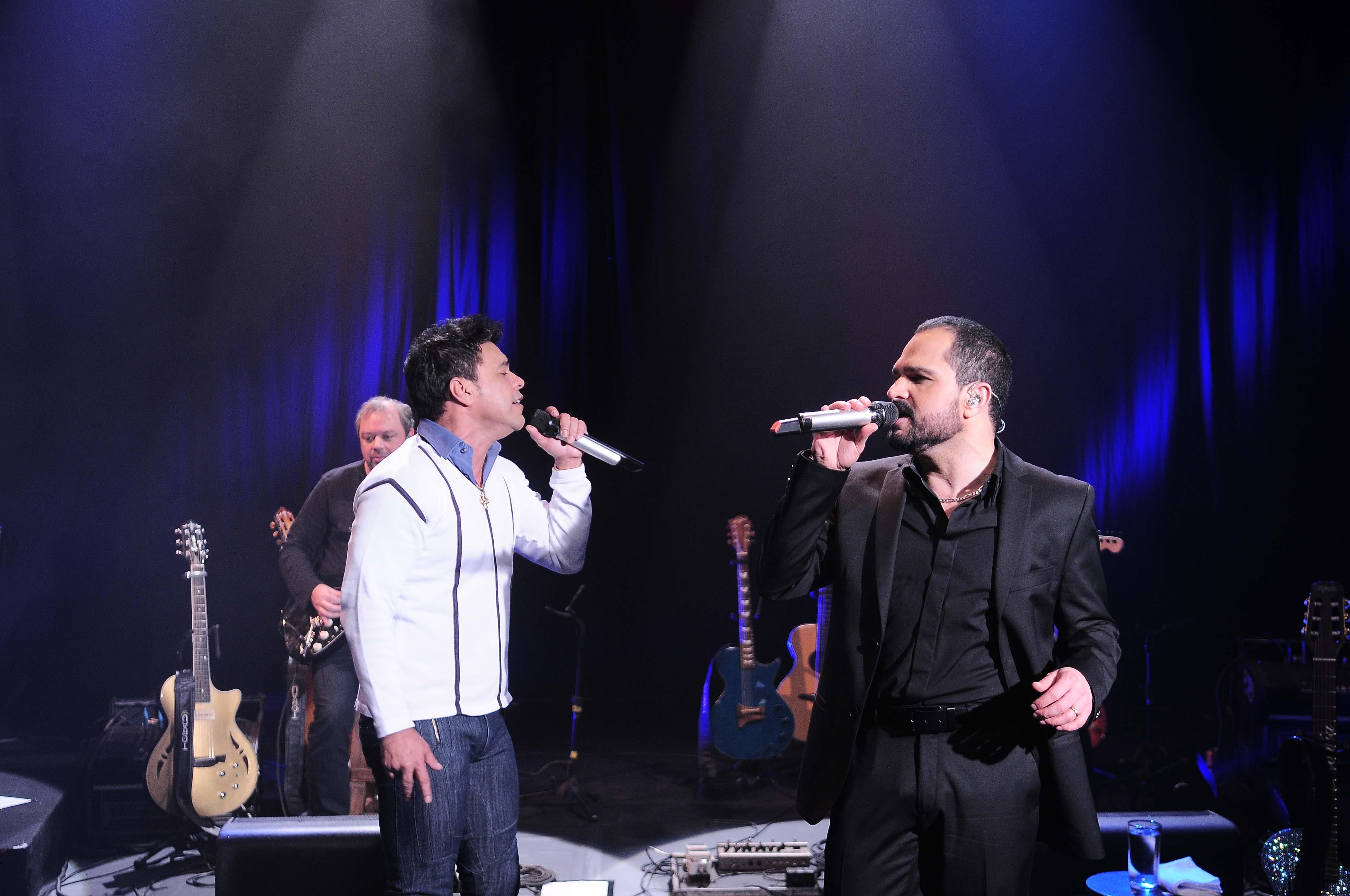Zezé di Camargo e Luciano cantam e relembram trajetória da dupla