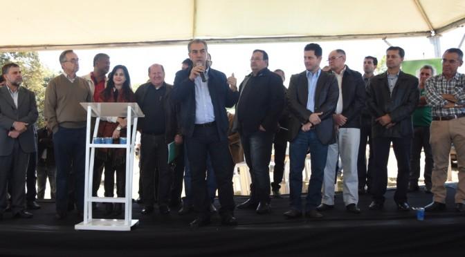 Reinaldo entrega 172 escrituras de terras a agricultures em Amambai