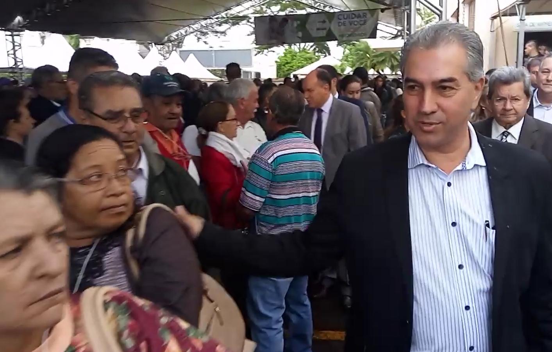 Caravana da Saúde: Reinaldo conversa com pacientes à espera de atendimento