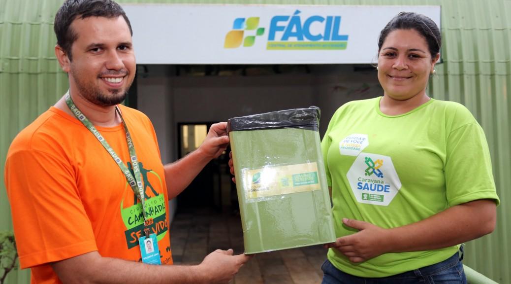Servidores da administração transformam latas vazias de tinta em cesto de lixo
