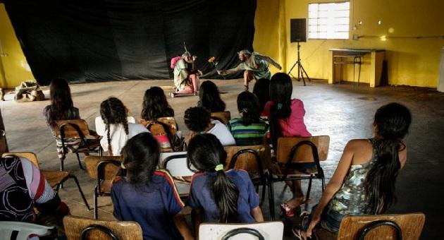 """""""Os Corcundas"""" cativam crianças indígenas da Aldeia Urbana Água Bonita"""