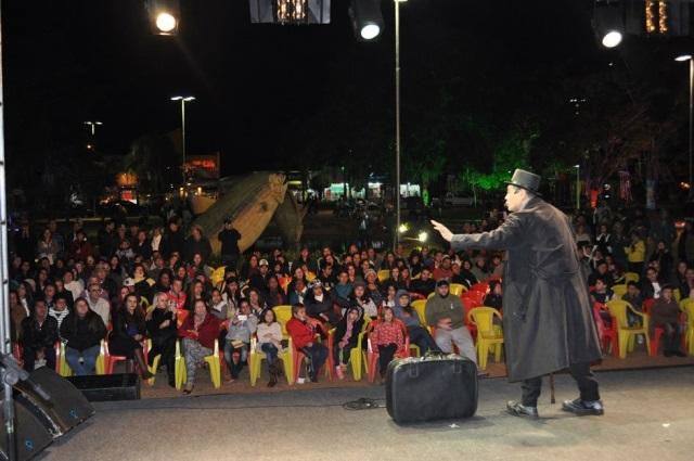 Feira Literária leva milhares de pessoas para a praça de Bonito