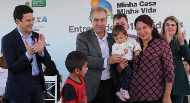 Azambuja participa da entrega de 1015 casas em Porta Porã e garante área de lazer para as famílias