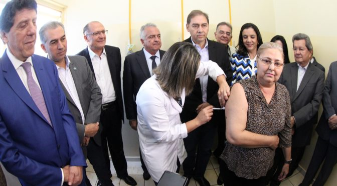 Reinaldo e Alckmin acompanham início de testes da primeira vacina brasileira contra a dengue