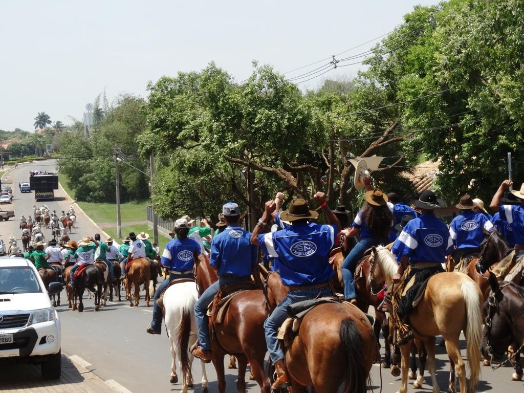 Cavalgada arrecada 400 kg de alimento e R$ 10 mil para ajudar quatro instituições em Bonito