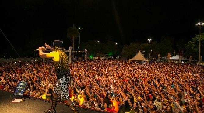Em show memorável, Carlinhos Brown põe 12 mil pessoas pra dançar em Corumbá