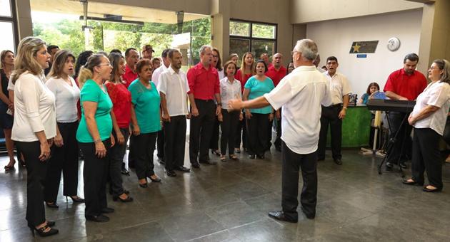 Apresentações do coral dos servidores levam o espírito de Natal às secretarias estaduais
