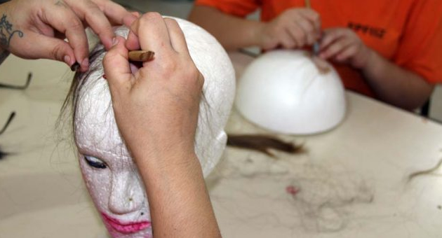 Presídio feminino da Capital confecciona perucas para doação a mulheres com câncer