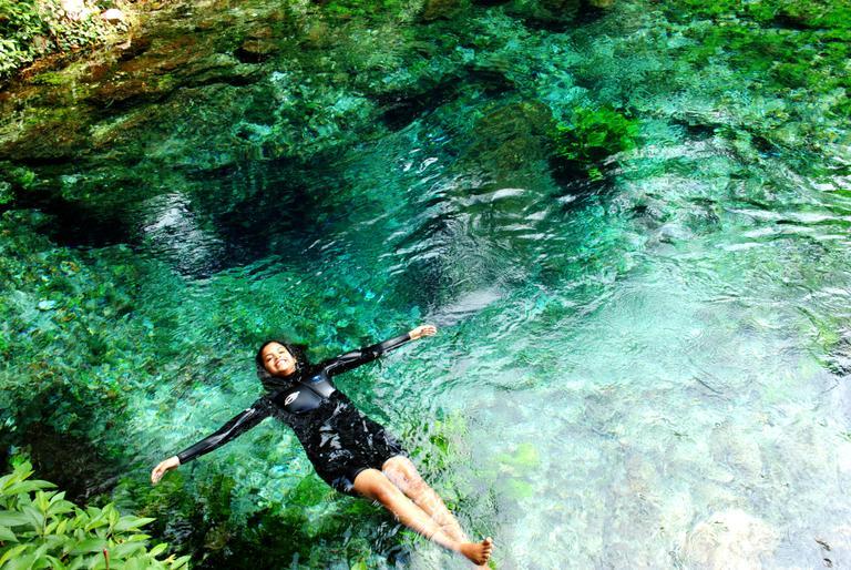 Atriz de 'Velho Chico' aproveita férias para mergulhar nas águas cristalinas de Bonito