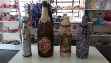 Funtrab oferece oficinas de artesanatos com customização em garrafa de vidro e feltro