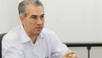 Reinaldo Azambuja sanciona lei que proíbe uso de capacete em locais abertos ao público
