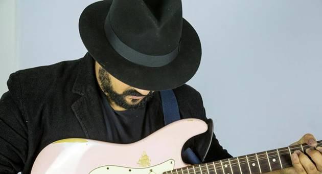 De autodidata a guitarrista de renome no Estado, Ton Alves marca presença no programa Na Cadeira do DJ, da 104,7. (Foto: Arquivo Pessoal)