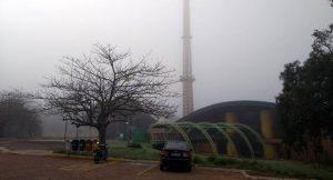 Região da Fertel, no Parque dos Poderes, foi coberta por neblina na manhã desta sexta-feira (8). (Foto: Humberto Marques)