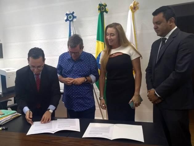 Procurador-geral Paulo Cezar dos Passos assina termo de convênio; ele destacou importância do acordo para o MPMS. (Foto: Humberto Marques)