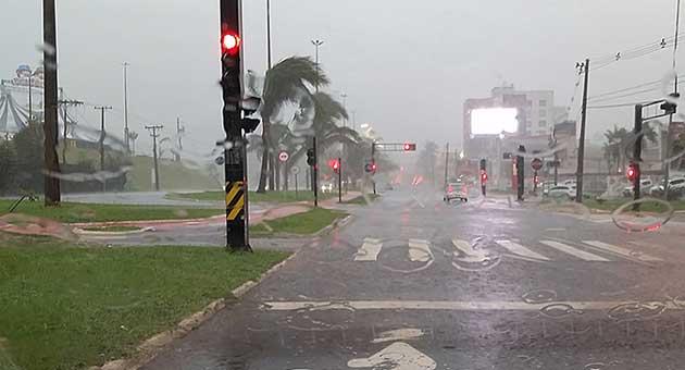 Quarta-feira começou chuvosa em Campo Grande; Inmet prevê queda em temperaturas. (Foto: Edemir Rodrigues/Subcom)