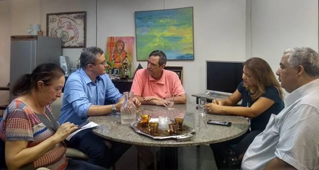 Girão e Bosco Martins discutiram, durante reunião na Fertel, detalhes de parceria para divulgação de seminário e encontro do Conaci. (Foto: Humberto Marques)
