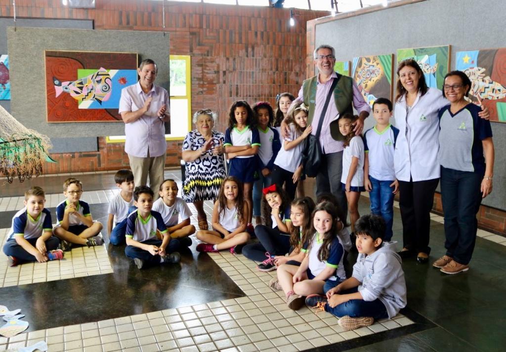 Estudantes conheceram a mostra Mato Grosso do Sangue e bateram papo com artista Pedro Gulherme durante visita a Fertel; escritora Sara Figueiró e e Bosco Martins também recepcionaram grupo. (Fotos: Daniela Lima)
