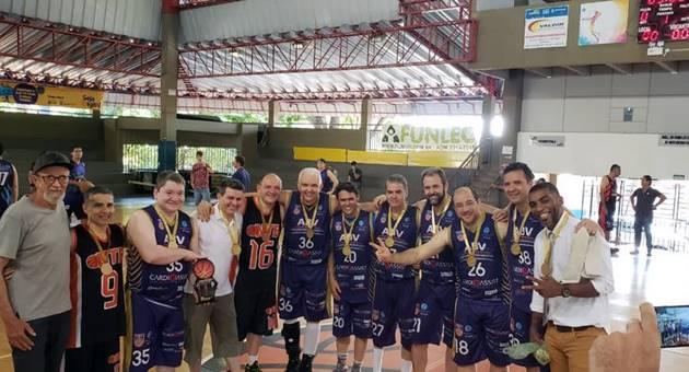 Equipe da ABV-MS, campeã na categoria acima dos 45 anos do Circuito Estadual de Basquete Master. (Foto: Arquivo pessoal/Reprodução)