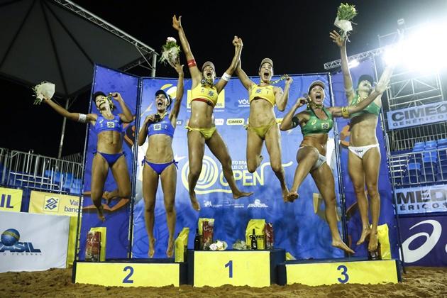 Ágatha e Duda, ao centro, faturaram o título feminino do Vôlei de Praia em Campo Grande. (Foto: Vôlei Brasil/Divulgação)