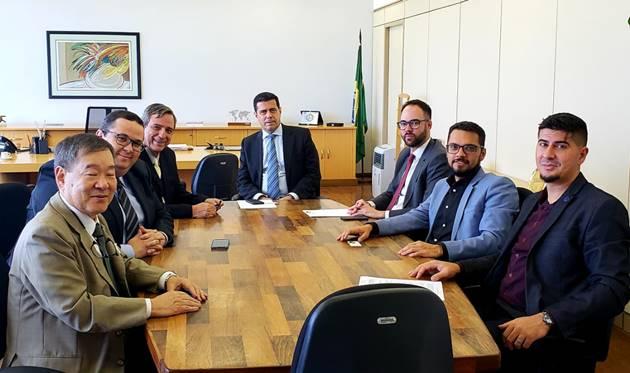 Representantes do Fórum Nacional de Emissoras Públicas de Rádio e TV referendaram apoio à indicação de Moreira (centro) para o comando da Anatel. (Foto: Divulgação)