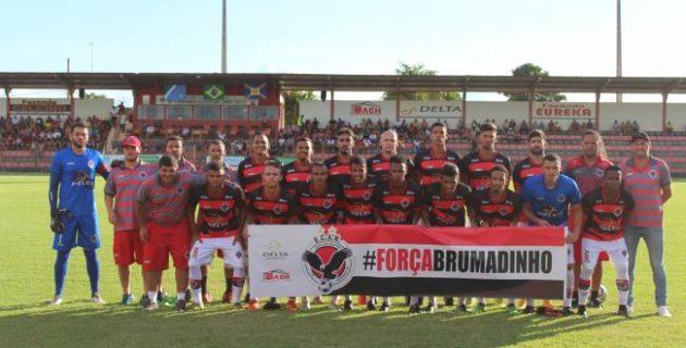 Águia Negra entrou em campo neste domingo com faixa em apoio a moradores de Brumadinho. (Foto: Divulgação)