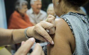 Vacinação é obrigatória para alguns grupos, como pessoas com mais de 60 anos; em caso de febre, recomendação é adiar a imunização. (Foto: PMCG/Arquivo)