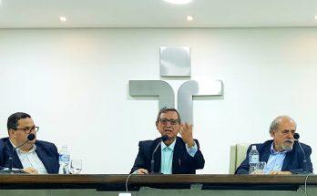 Bosco Martins (ao centro) em reunião na qual foi aclamado presidente do Fórum. (Foto: Divulgação)