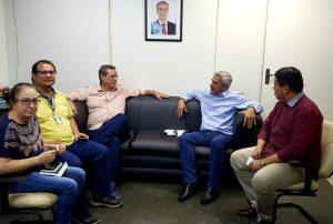 Da esquerda para a direita: Rose Rodrigues, DJ Juju, Bosco Martins, Marcelo Salomão e Anderson Barão, em reunião que discutiu presença diária do Procon-MS na grade da Educativa 104.7 FM. (Foto: Fertel)