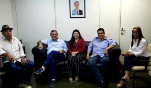 Fretes, Bosco, Idalina, Barão e Marlei, durante reunião para discutir reintrodução de programa em guarani na Educativa 104.7 FM. (Foto: Iasmin Biolo/Fertel)