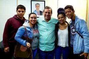 Luan, Helena, Bosco Martins, Eduarda e Daniel, após entrevista. (Foto: Iasmin Biolo/Fertel)