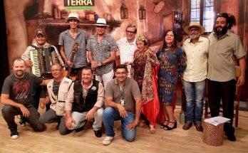 Equipe do Show da Terra ao lado de Delinha e Velho Aposento, em homenagem especial à Rainha do Rasqueado. (Foto: Fertel)