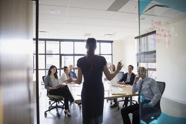 Mulheres devem ignorar preconceitos e perceberem seu potencial, já reconhecido por superiores, ao lidar com proposta de ascensão profissional. (Foto: Fortune Magazine/Reprodução)
