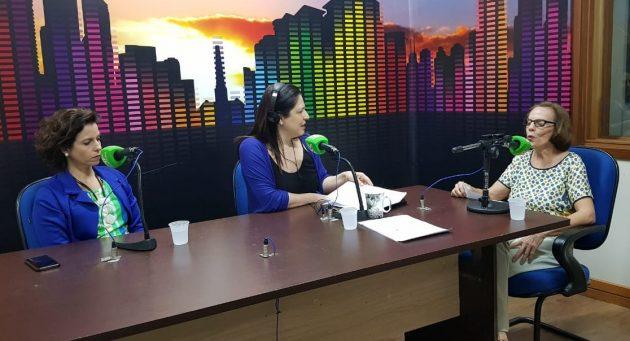 Da esquerda para a direita: Débora Fitipaldi, a apresentadora Maristela Cantadori e Terezinha Brás, em entrevista sobre o EaD. (Foto: Pedro Amaral/Fertel)