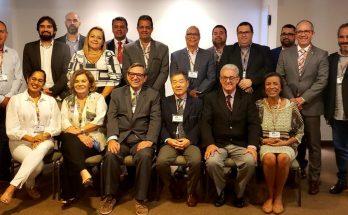 LEGENDA: Bosco Martins (ao centro, à esquerda), Sergio Kobayashi (centro à direita) e demais integrantes do Fórum Nacional de Emissoras Públicas de Rádio e Televisão, que se reúne nesta quinta-feira em SP