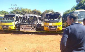 Fogo foi registrado na madrugada deste domingo no pátio da Prefeitura de Aquidauana. (Foto: Divulgação)