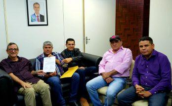 Bosco (à esquerda) recebe de vereadores solicitação para Educativa 104.7 FM chegar a Bonito. (Foto: Iasmin Biolo/Fertel)