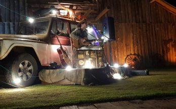 Atração à parte de festival, palco é uma Rural Willys. (Foto: Divulgação)