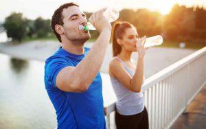 Hidratação é importante para o bom funcionamento do organismo e deve ter cuidado redobrado em dias de calor e baixa umidade. (Foto: Santa Mônica Clube de Campo/Reprodução)