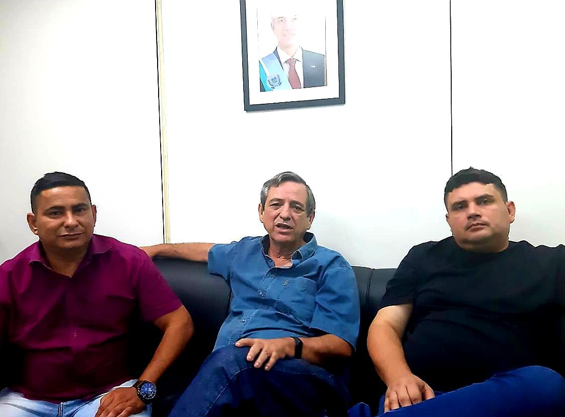 Xetinho, Bosco Martins e Johnys, em reunião nesta quarta-feira (18) que confirmou retorno do sinal da TVE Cultura MS a Bela Vista. (Foto: Humberto Marques)
