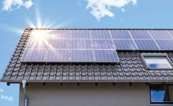 Geração de energia fotovoltaica se dá por meio de painéis, cujo custo foi barateado nos últimos anos. (Foto: Intelbras/Reprodução)