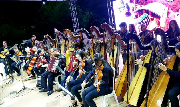 Apresentação da orquestra de harpas na Praça do Rádio