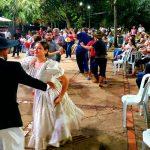Público foi contagiado pelo ritmo do chamamé e dançou na Praça do Rádio