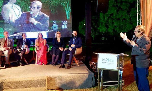 Bosco Martins discursa durante homenagem conferida pelo MPMS a profissionais do Jornalismo. (Foto: Divulgação)