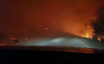Fumaça das chamas invadiu a pista da BR-262 e torna o tráfego na região de Corumbá perigoso. (Foto: PRF/Divulgação)